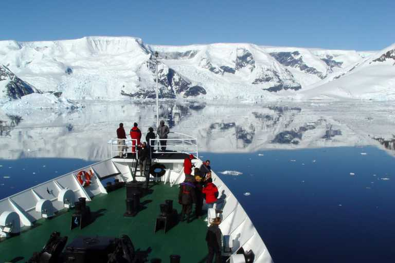 SHU_4_SHU_ALL_people-bow-Antarctica2
